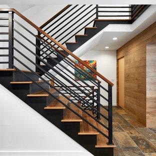 Foto de escalera en U, marinera, de tamaño medio, con escalones de madera, contrahuellas de metal y barandilla de varios materiales