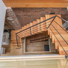 Modern Staircase by PLANCHERS RBC INC.