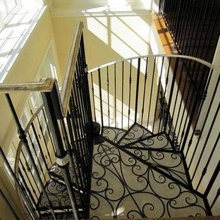 トロントの中サイズのコンクリートのトラディショナルスタイルのおしゃれな階段 (金属の手すり) の写真