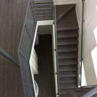 サンディエゴの中サイズのアクリルのコンテンポラリースタイルのおしゃれなかね折れ階段 (金属の手すり) の写真