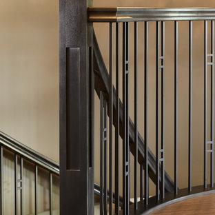 Foto de escalera curva, de estilo americano, sin contrahuella, con escalones enmoquetados y barandilla de madera