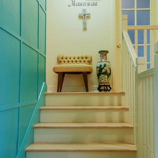 モントリオールの木のアジアンスタイルのおしゃれな階段 (フローリングの蹴込み板) の写真