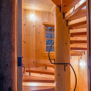 Ispirazione per una scala a chiocciola stile rurale con pedata in legno e nessuna alzata