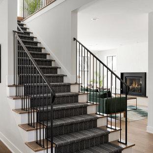 Exempel på en lantlig rak trappa, med heltäckningsmatta, sättsteg med heltäckningsmatta och räcke i metall