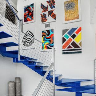 オースティンのコンテンポラリースタイルのおしゃれな階段 (ワイヤーの手すり) の写真