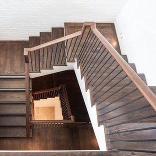 Imagen de escalera en U, tradicional, grande, con escalones de madera, barandilla de madera y contrahuellas de madera pintada