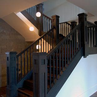 """Idee per una grande scala a """"U"""" stile americano con pedata in legno, alzata in legno e parapetto in legno"""