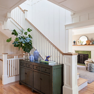 """Foto di una scala a """"L"""" stile americano di medie dimensioni con pedata in legno, alzata in legno verniciato e parapetto in legno"""