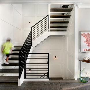 Imagen de escalera en U, campestre, sin contrahuella, con escalones de madera y barandilla de metal