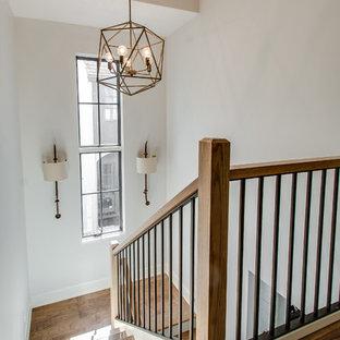 Bild på en mellanstor lantlig u-trappa i trä, med sättsteg i målat trä