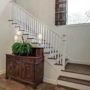 Imagen de escalera en L, de estilo de casa de campo, con escalones de madera y contrahuellas de madera pintada