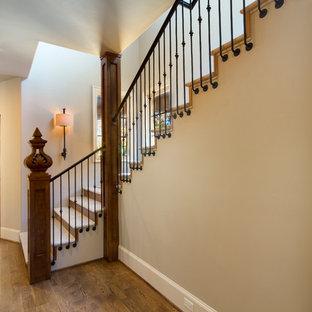 Modelo de escalera en L, de estilo de casa de campo, de tamaño medio, con escalones de piedra caliza y contrahuellas de madera