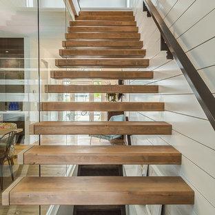 Diseño de escalera suspendida, campestre, de tamaño medio, sin contrahuella, con escalones de madera y barandilla de madera