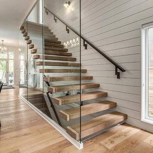 Immagine di una scala sospesa country di medie dimensioni con pedata in legno, nessuna alzata e parapetto in legno