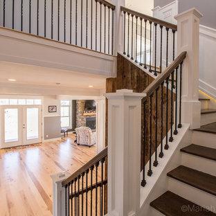 Modelo de escalera curva, rústica, con escalones de madera y contrahuellas de madera