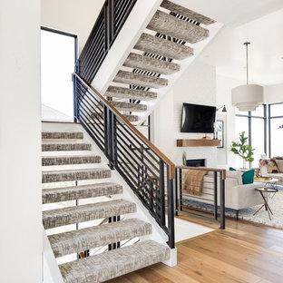 Diseño de escalera suspendida, tradicional renovada, sin contrahuella, con escalones enmoquetados y barandilla de varios materiales