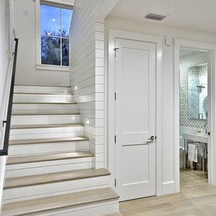 Стильный дизайн: п-образная лестница в стиле кантри с деревянными ступенями и крашенными деревянными подступенками - последний тренд