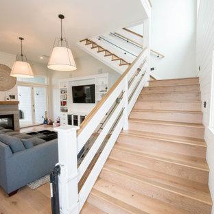 Foto de escalera en L y machihembrado, campestre, grande, con escalones de madera, contrahuellas de madera, barandilla de varios materiales y machihembrado