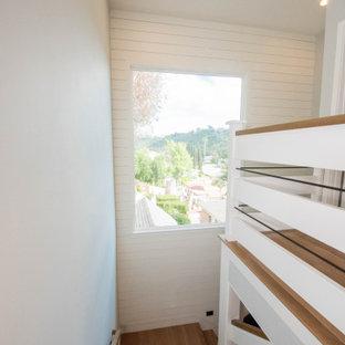 Modelo de escalera en L y machihembrado, campestre, grande, con escalones de madera, contrahuellas de madera, barandilla de varios materiales y machihembrado