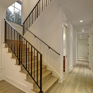 オースティンの中くらいの木のカントリー風おしゃれな折り返し階段 (木の蹴込み板、金属の手すり) の写真
