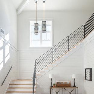 Foto de escalera en L, campestre, con escalones de madera, contrahuellas de madera pintada y barandilla de metal