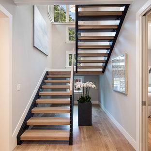 Неиссякаемый источник вдохновения для домашнего уюта: лестница на больцах в стиле кантри с деревянными ступенями без подступенок
