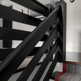 ニューヨークの大きい木のカントリー風おしゃれな直階段 (木の蹴込み板、木材の手すり) の写真