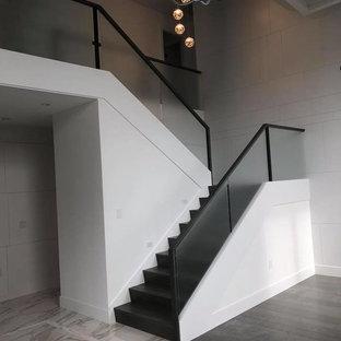 Ejemplo de escalera en U, minimalista, grande, con escalones de madera pintada, contrahuellas de madera pintada y barandilla de varios materiales