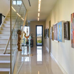 Inspiration för moderna raka trappor i travertin, med sättsteg i metall och räcke i metall