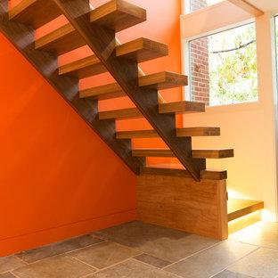 Foto de escalera suspendida, minimalista, pequeña, con escalones de madera