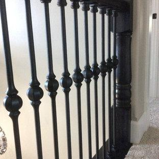 Diseño de escalera en L, minimalista, con escalones enmoquetados, contrahuellas de madera y barandilla de madera