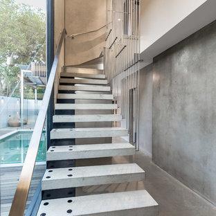 Idee per una scala sospesa minimalista di medie dimensioni con pedata in cemento, nessuna alzata e parapetto in metallo
