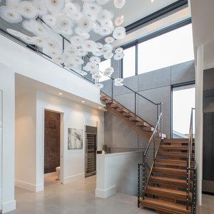 Diseño de escalera en L, contemporánea, grande, sin contrahuella, con escalones de madera y barandilla de cable