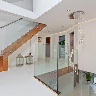 サセックスのコンテンポラリースタイルのおしゃれな階段 (ガラスの手すり) の写真