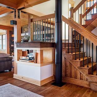 Foto de escalera en U, rústica, con escalones de madera, contrahuellas de madera y barandilla de varios materiales