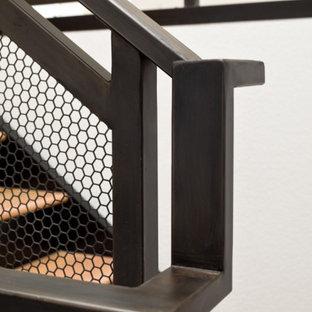 """Esempio di una scala a """"L"""" moderna di medie dimensioni con pedata in metallo, alzata in legno e parapetto in metallo"""