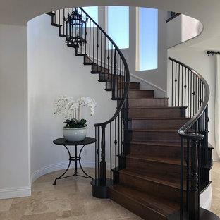 Modelo de escalera curva, mediterránea, grande, con escalones de madera, contrahuellas de madera y barandilla de varios materiales