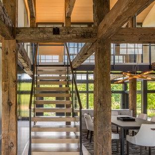 Diseño de escalera suspendida, rural, sin contrahuella, con barandilla de varios materiales