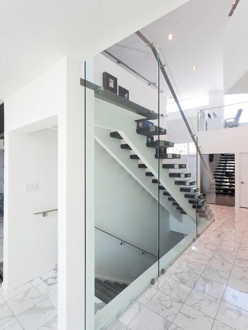 Treppenhaus mit teppich treppenstufen und schwebender treppe ...