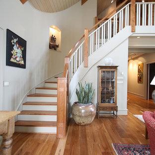Modelo de escalera curva, tradicional, con escalones de madera