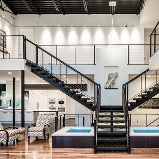 Imagen de escalera suspendida, actual, extra grande, sin contrahuella, con escalones de metal
