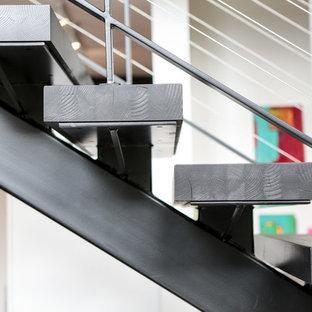 Bild på en mycket stor funkis flytande trappa i trä, med öppna sättsteg