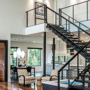 ミネアポリスの巨大な金属製のコンテンポラリースタイルのおしゃれな階段の写真