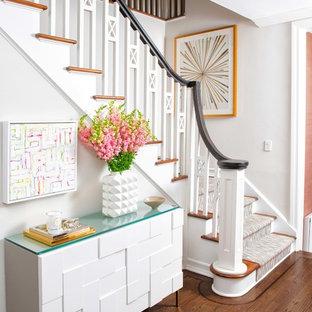 Foto de escalera en L, tradicional renovada, de tamaño medio, con escalones enmoquetados, contrahuellas enmoquetadas y barandilla de madera
