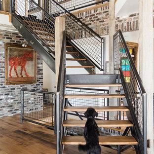 Diseño de escalera en L, industrial, sin contrahuella, con escalones de madera y barandilla de metal