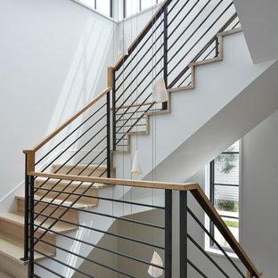 ミネアポリスの木のトランジショナルスタイルのおしゃれなかね折れ階段 (木の蹴込み板、混合材の手すり) の写真