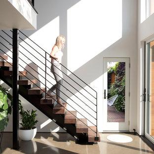 На фото: маленькая прямая лестница в скандинавском стиле с деревянными ступенями и металлическими перилами с