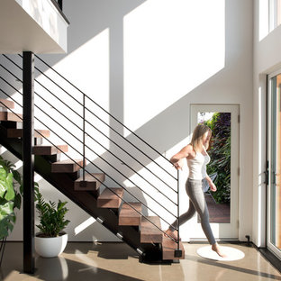 Modelo de escalera suspendida, nórdica, sin contrahuella, con escalones de madera y barandilla de cable