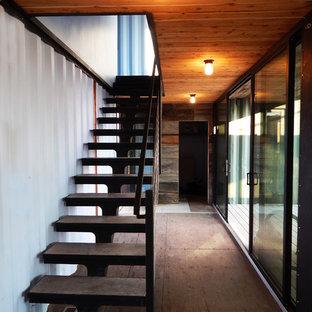 Ejemplo de escalera recta, urbana, pequeña, sin contrahuella, con escalones de hormigón