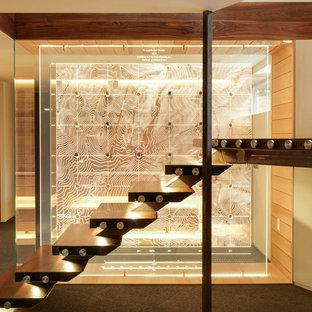 Imagen de escalera suspendida, actual, con escalones de madera, contrahuellas de vidrio y barandilla de vidrio